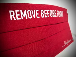 Maska Remove Before Flight czerwona