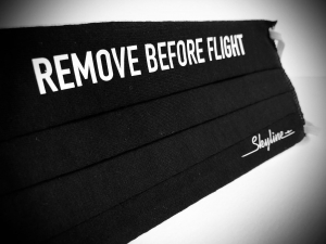 "Maska ""Remove Before Flight""  czarna"